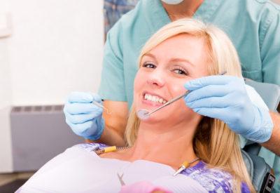Tandlæge tjekker tænder